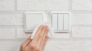 personne nettoyant un interrupteur